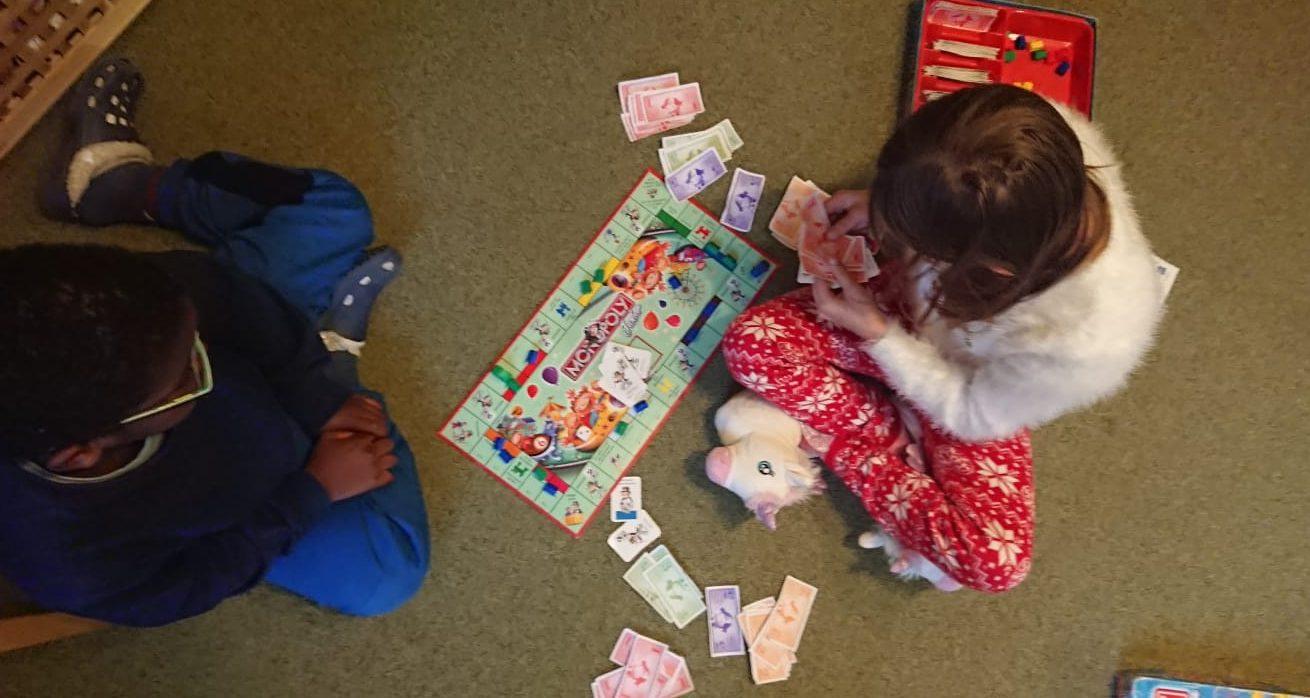 Ein Junge und ein Mädchen spielen Monopoly