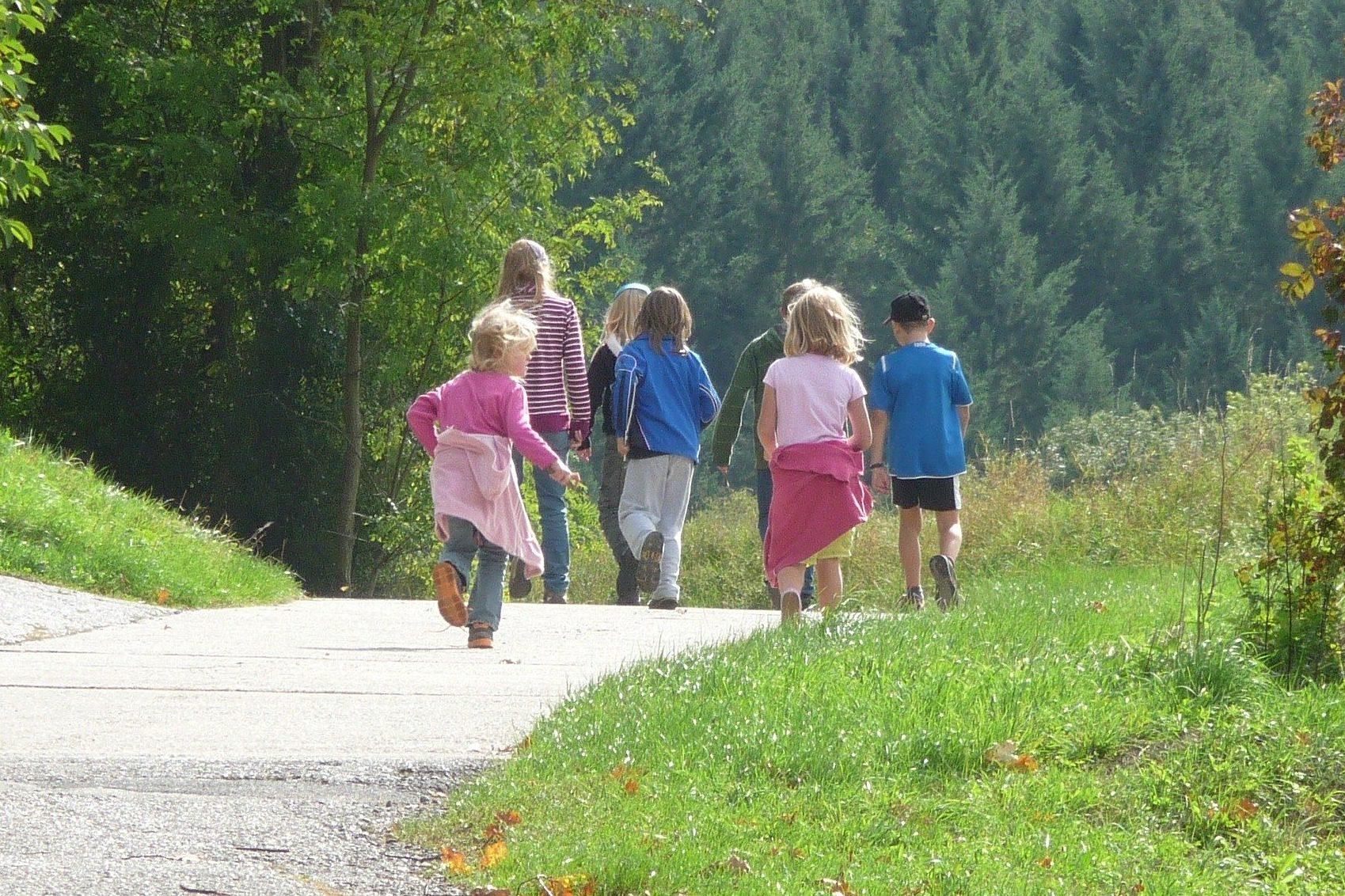 Kinder gehen zu einem Ausflug