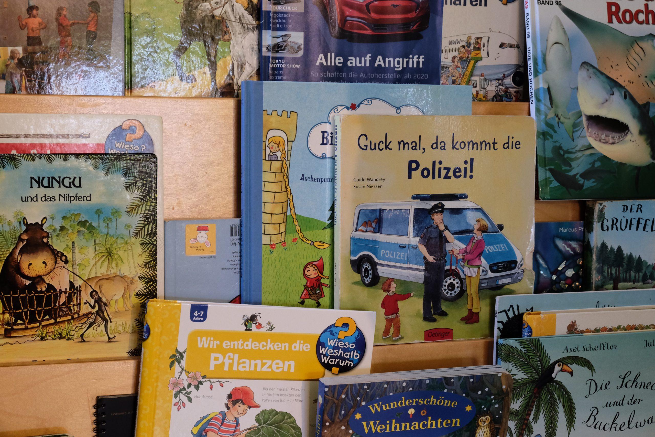 Kinderbücher auf dem Regal in der Vorschulgruppe