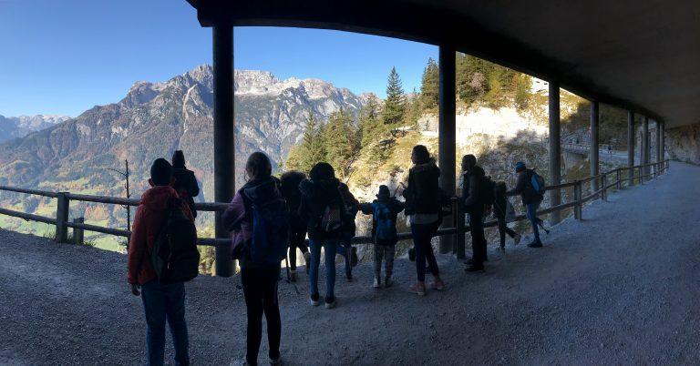 Kinder sind in den Bergen bei einem Gruppenausflug