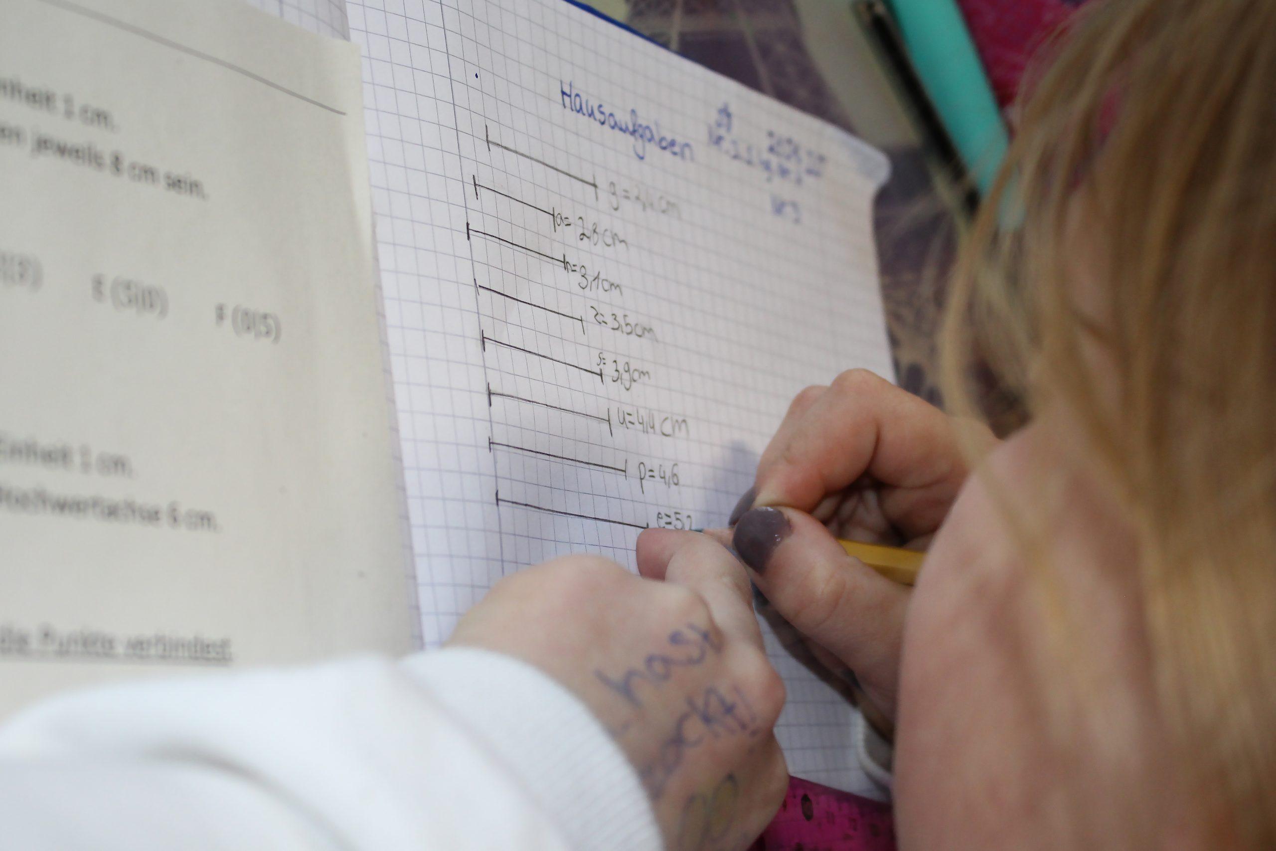 Ein Mädchen macht Mathe-Hausaufgaben